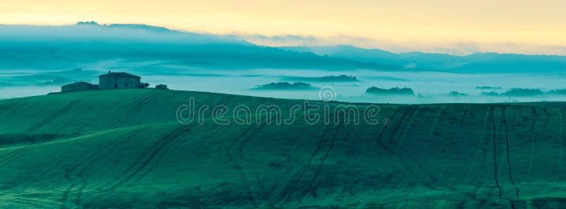Vue de brouillard de matin sur la ferme en Toscane, Italie photos stock
