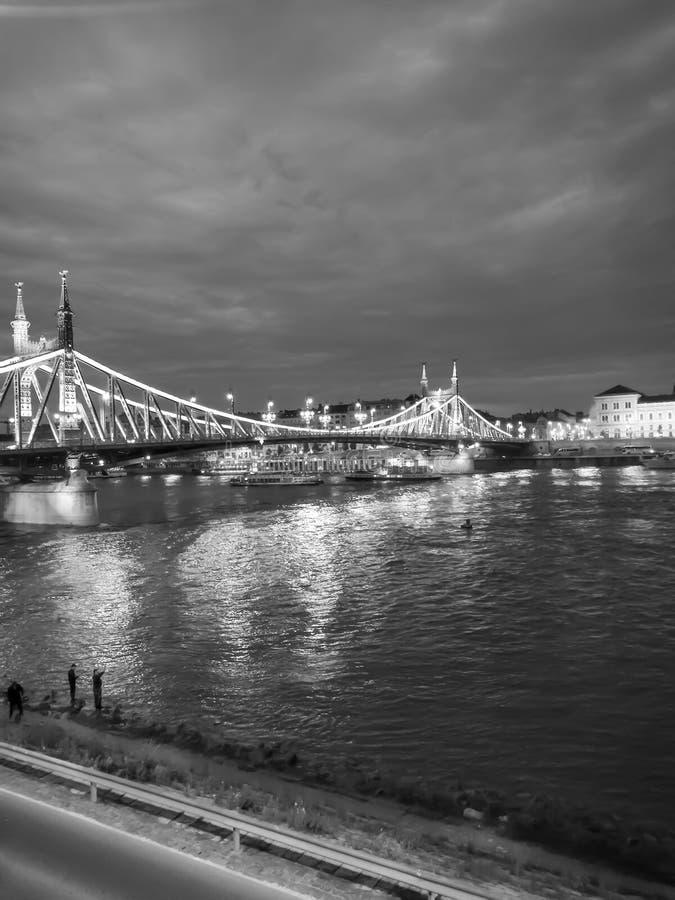 Vue de Budapest le soir photos stock