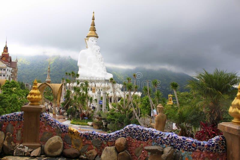 Vue de Buddhas se reposant blanc magnifique de l'intérieur de Pha Sorn Kaew, Khao Kor, Phetchabun, Thaïlande photos stock