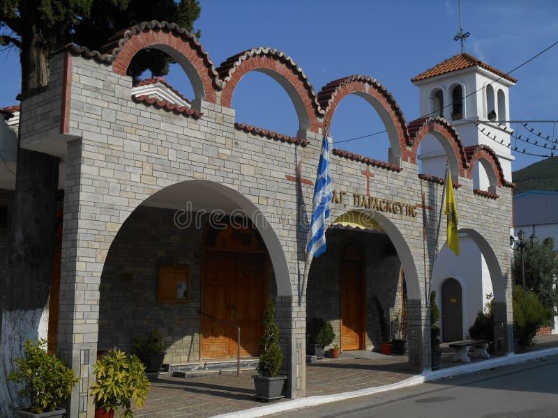 Vue de côté à la belle église grise d'Agia Paraskevi en Stavros, Grèce images libres de droits