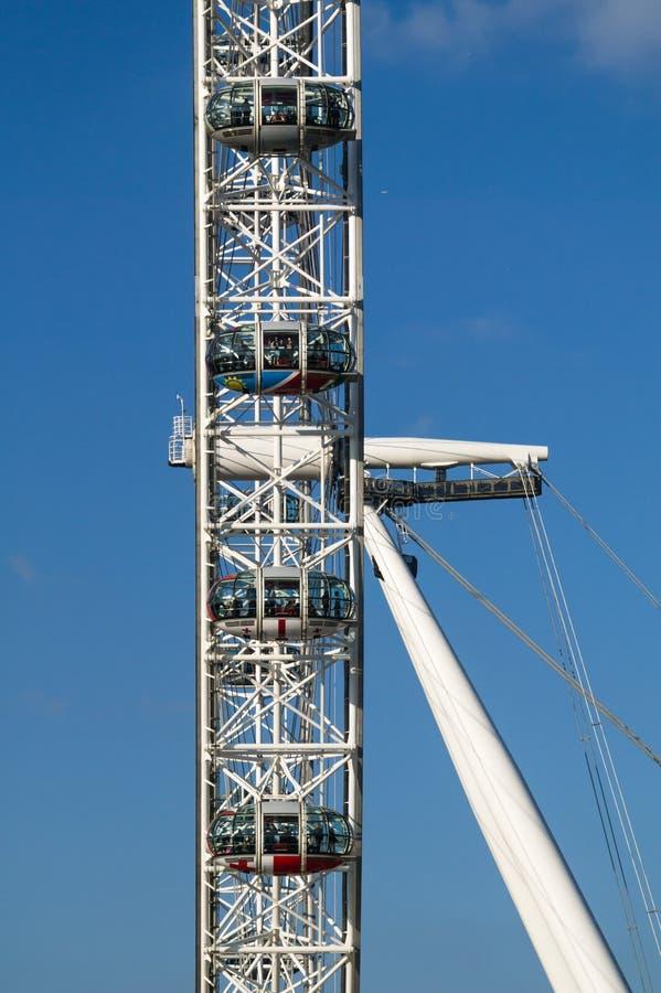 Vue de côté étroite de London Eye contre un ciel bleu images libres de droits
