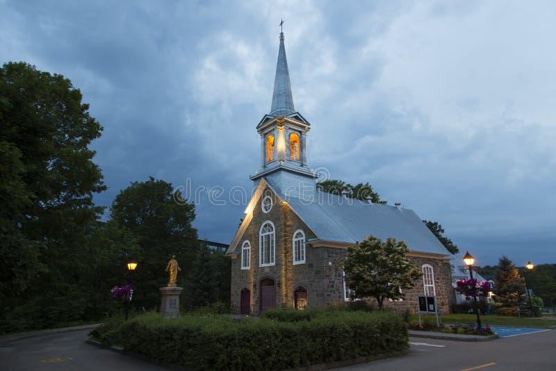 Vue de côté 1859 assez de l'église petits Saint-Felix-De-Valois en pierre dans la région de Chapeau-fard à joues de Québec pendan photos stock