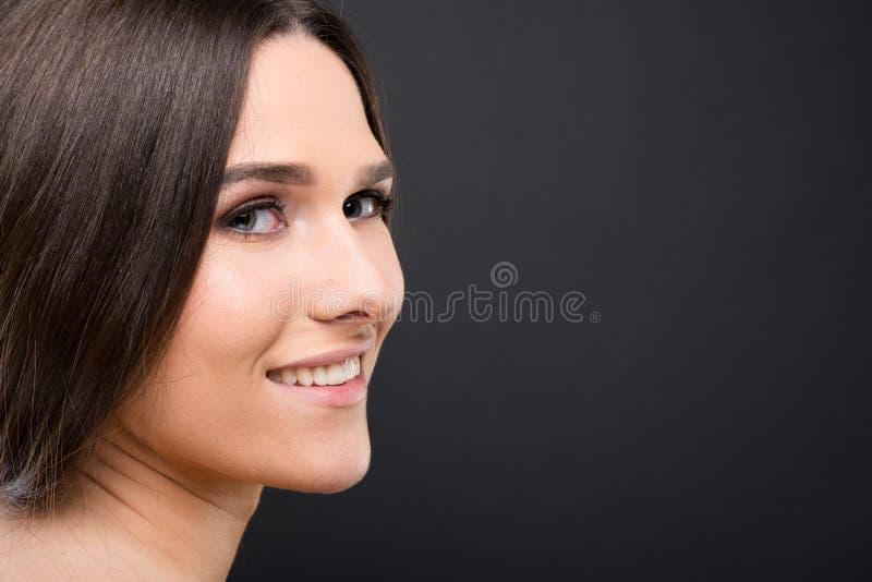 Vue de côté de belle femme naturelle photographie stock
