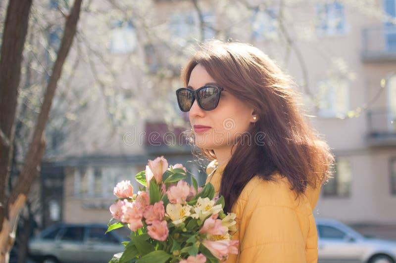 Vue de côté de belle fille gaie avec les lèvres sensuelles mignonnes utilisant des lunettes de soleil Jeune femme dans la guêpe t photos stock