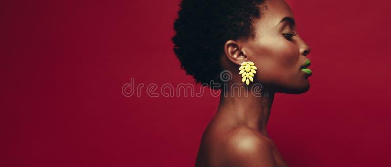 Vue de côté de belle jeune femme africaine photo libre de droits