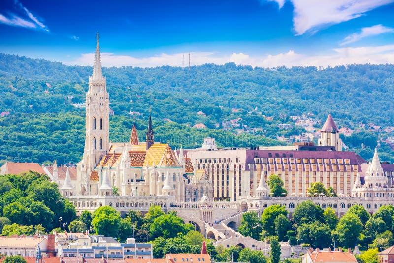 Vue de côté de Buda de Budapest avec l'église de St Matthias et la bastion des pêcheurs Jour ensoleillé d'été images stock