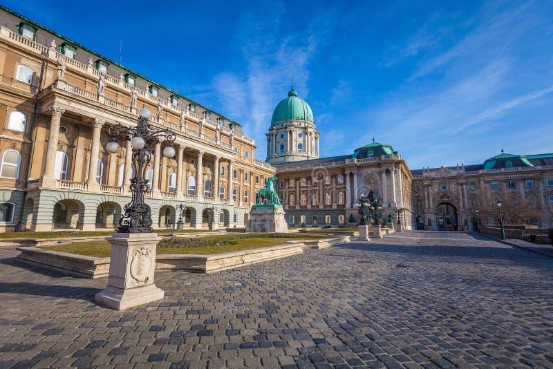 Vue de côté de Buda Castle historique située dans le capitol du pays, tir pris pendant le jour ensoleillé d'hiver images libres de droits