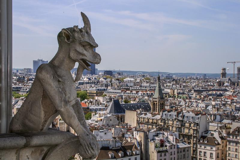 Vue de côté de chimère sur la vue de façade et d'air sur Paris Voyage autour des Frances Architecture de Paris image stock