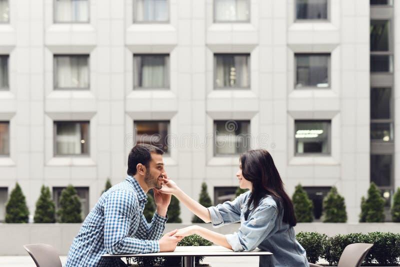 Vue de côté Couples romantiques se reposant en café photographie stock