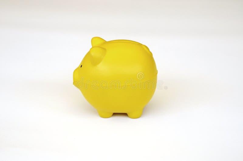 Vue de côté d'un jouet jaune de porc. photo stock