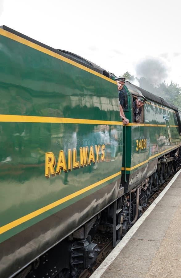 Vue de côté d'une locomotive à vapeur britannique célèbre, vue avec ses conducteurs car elle est sur le point de débarquer photos stock