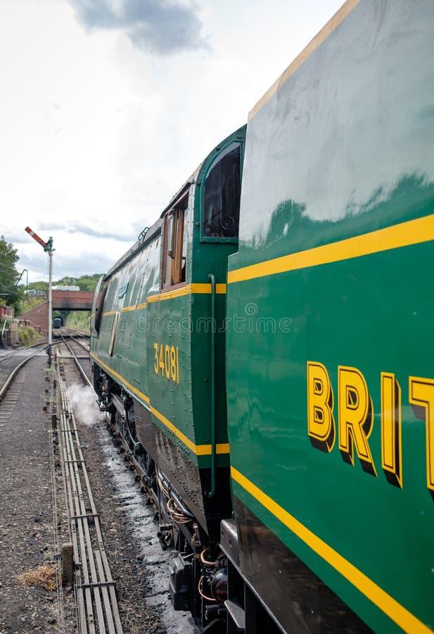Vue de côté d'une locomotive à vapeur britannique célèbre, vue avec ses conducteurs car elle est sur le point de débarquer image stock
