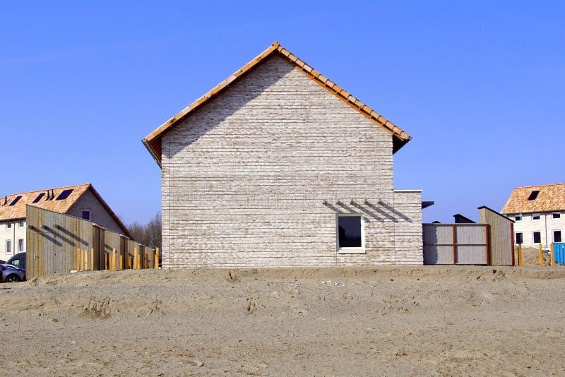 Vue de côté d'une nouvelle maison sur le chantier de construction de maison Duin, Almere Poort photographie stock
