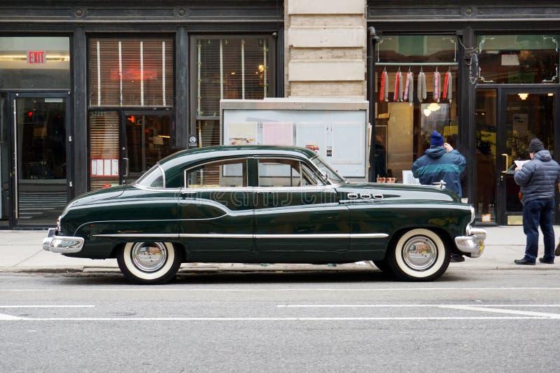 Vue de côté d'une voiture classique de cru dans la rue dans NYC photographie stock libre de droits