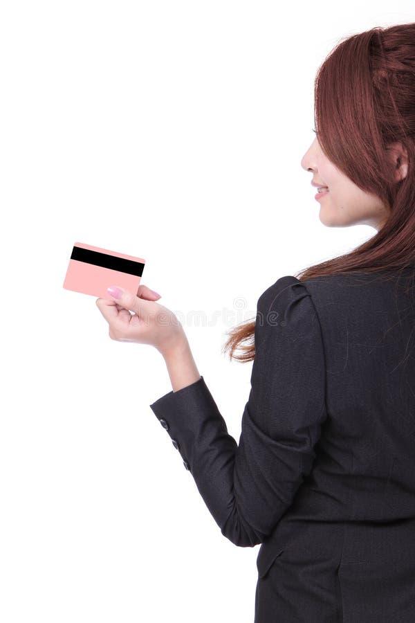 Vue de côté de la fixation de femme d'affaires par la carte de crédit photographie stock