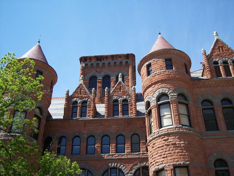 Vue de côté de vieux tribunal rouge photo libre de droits