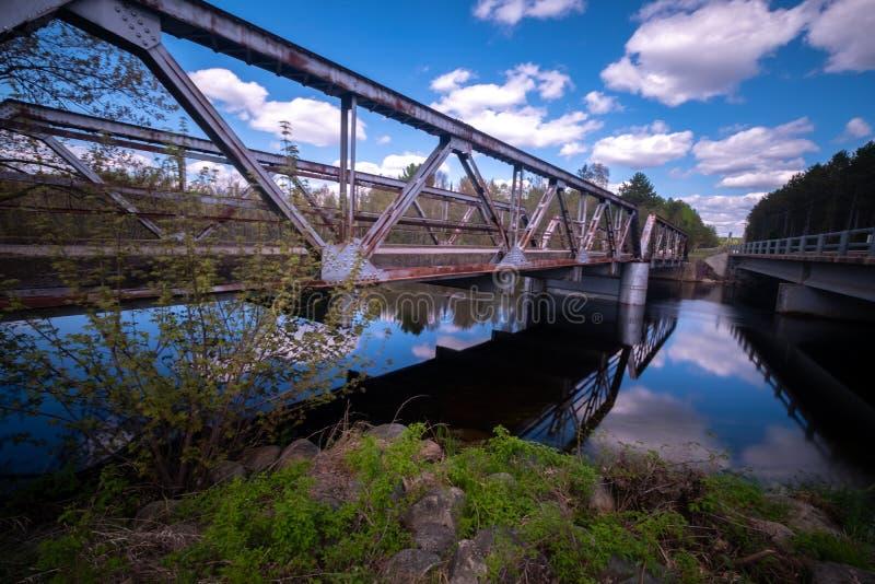 Vue de côté des ponts enjambant la rivière Wisconsin photos stock