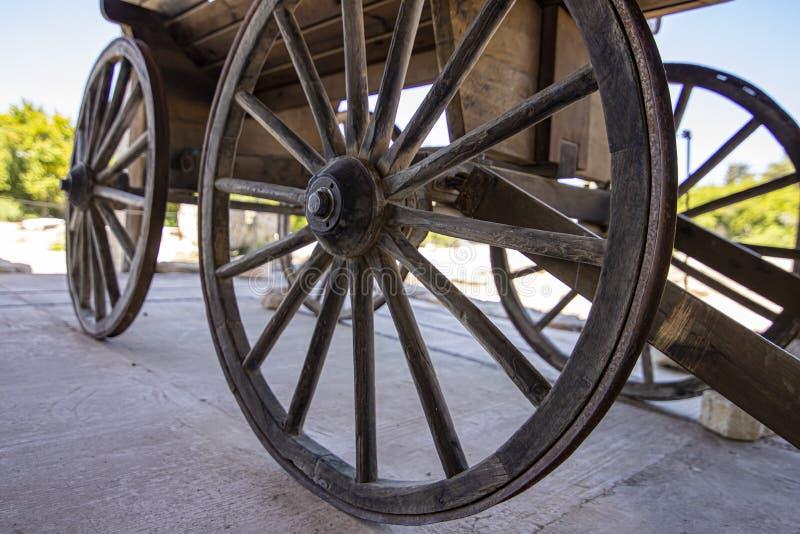 Vue de côté des roues en bois d'un chariot antique La ville historique de Zipory, Israël image libre de droits