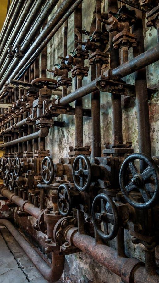 Vue de côté des valves dans de vieux tuyaux rouillés industriels photo stock
