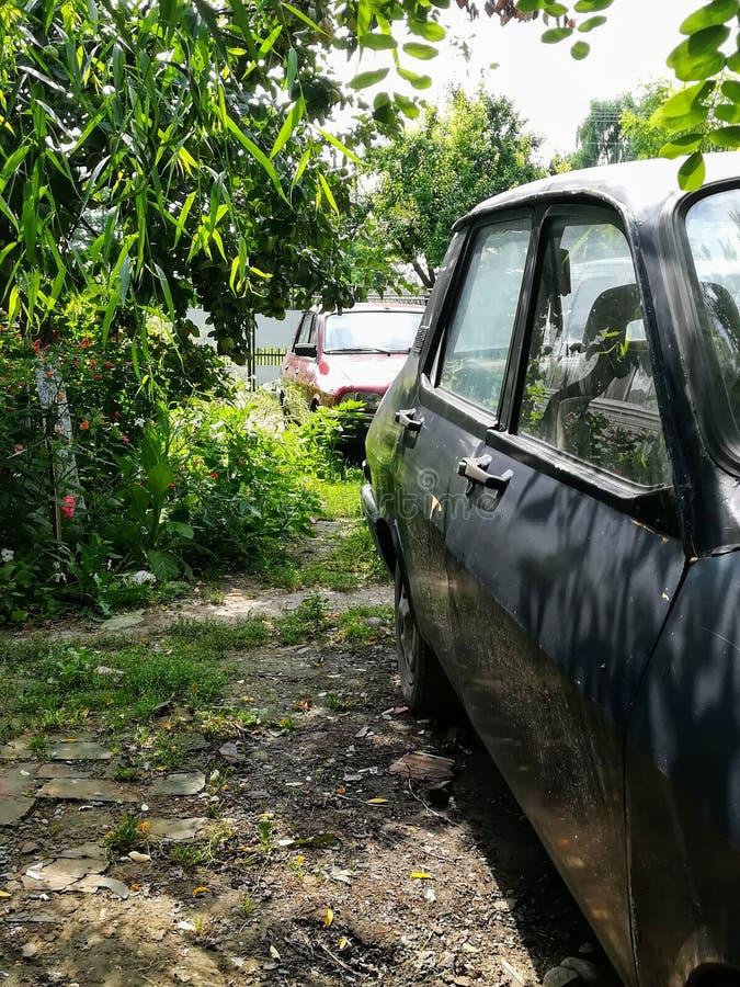 Vue de côté des voitures anciennes photos libres de droits