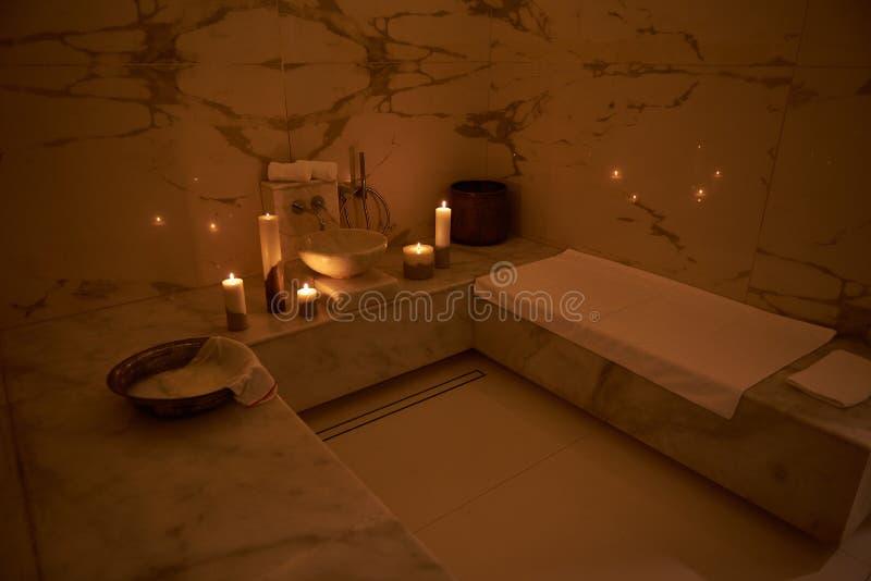 Vue de côté du bain turc avec les serviettes et les bougies blanches photos stock