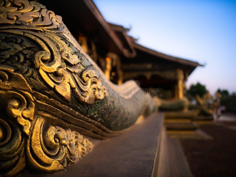 Vue de côté du serpent sur la colline de Wat Sirintorn images libres de droits