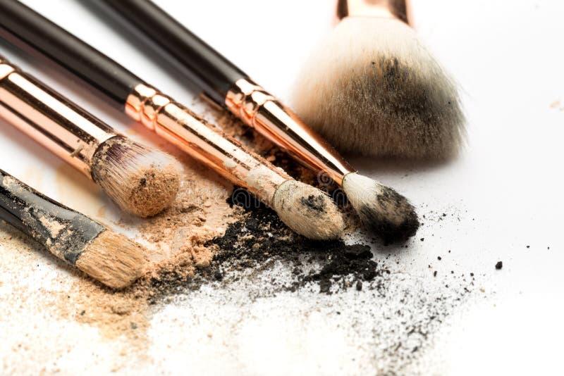 Vue de côté en gros plan de brosse professionnelle de maquillage avec le poil naturel et d'olive noire avec le fard à paupières b photographie stock libre de droits