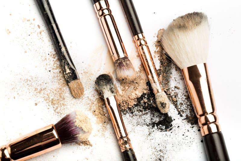 Vue de côté en gros plan de brosse professionnelle de maquillage avec le poil naturel et d'olive noire avec le fard à paupières b photographie stock