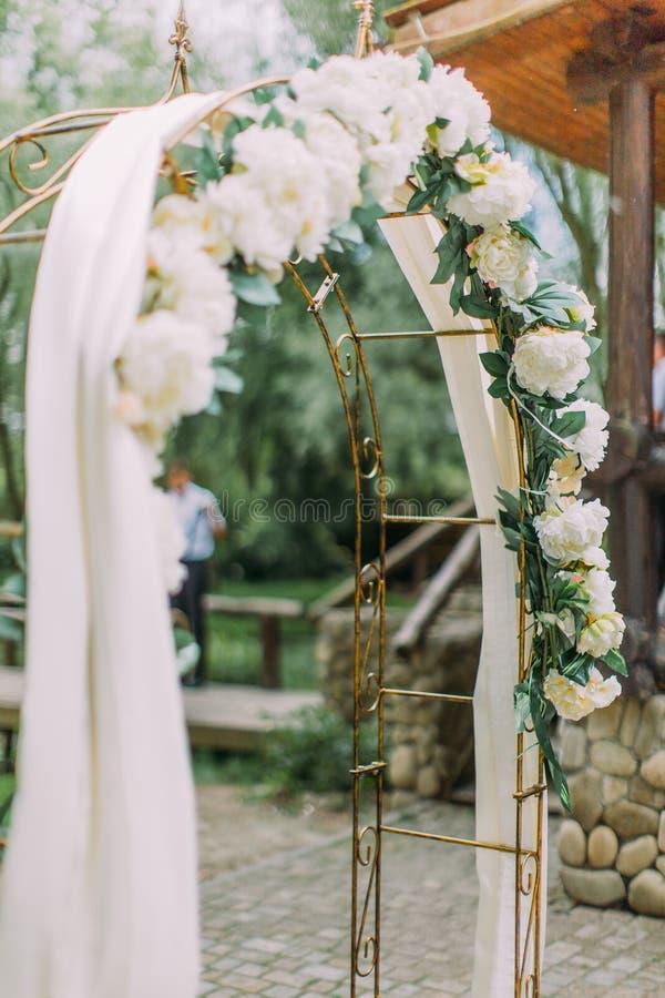 Vue de côté en gros plan de la voûte de mariage avec les fleurs blanches photo libre de droits