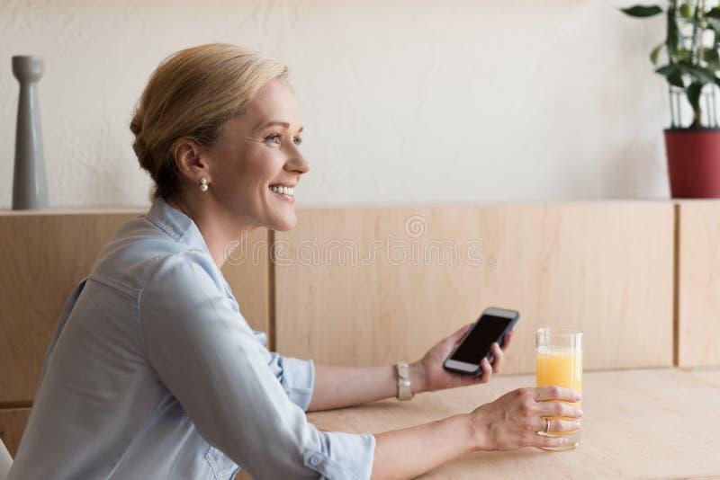 vue de côté de femme mûre de sourire photos stock