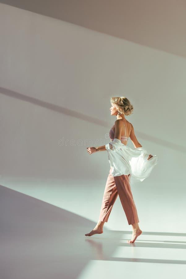 vue de côté de fille blonde aux pieds nus image libre de droits