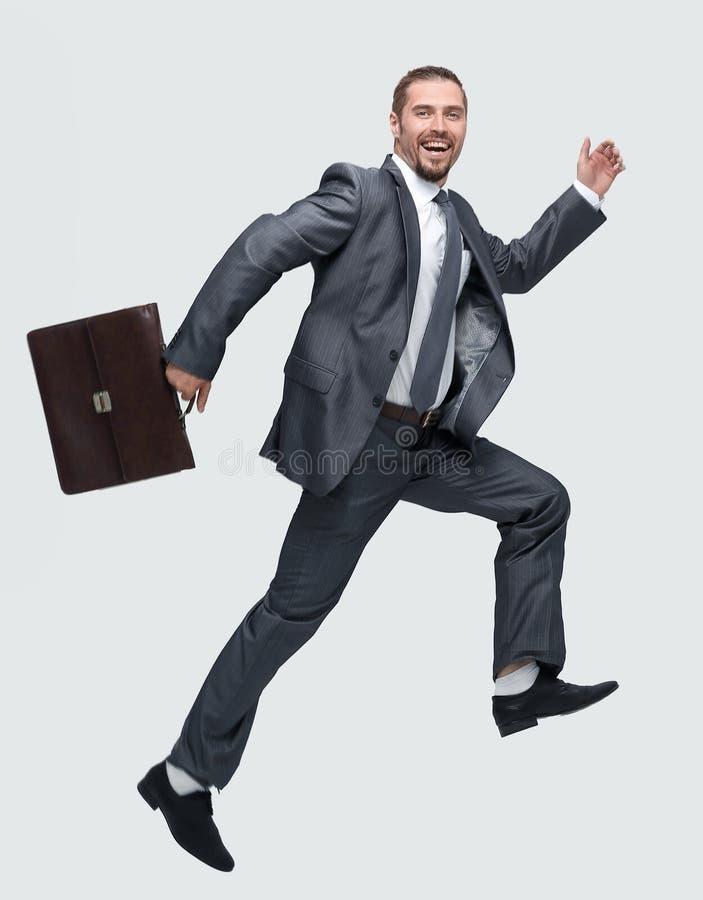 Vue de côté homme d'affaires gai avec la serviette faisant un pas en avant images stock