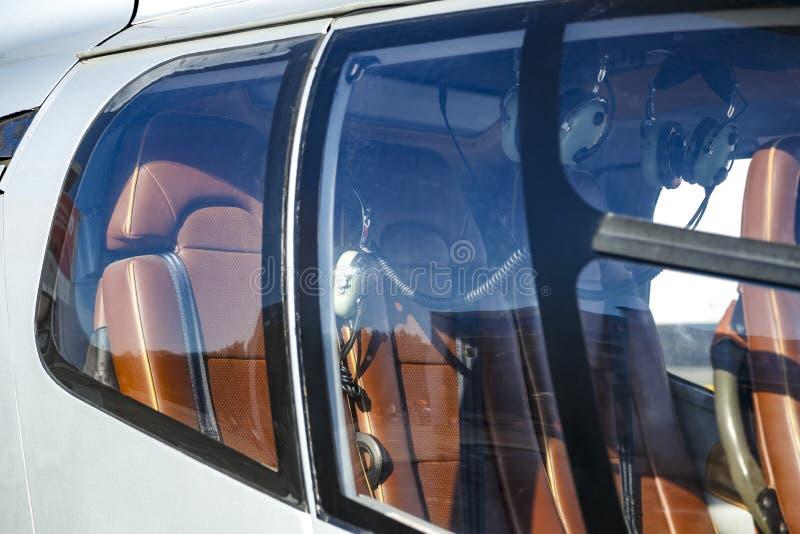 Vue de côté intérieure d'hélicoptère par le concept de fenêtres du transport privé ou d'affaires images libres de droits