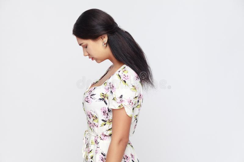Vue de côté de jeune femme adulte triste, seul punie au mur gris photographie stock libre de droits