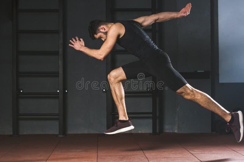 Vue de côté de jeune sportif photos stock