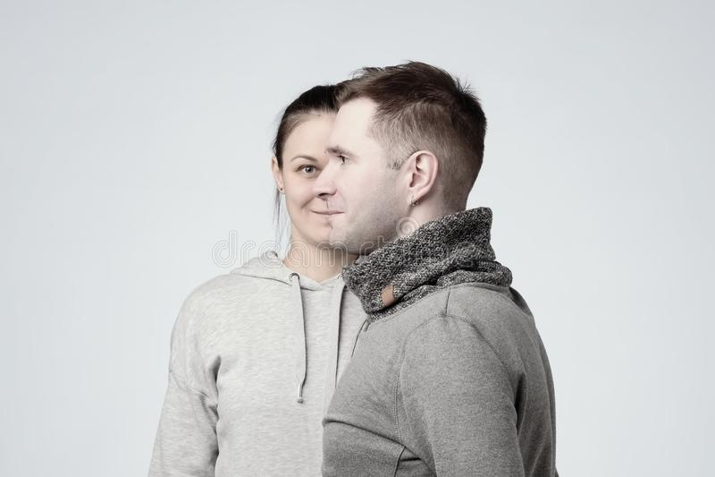 Vue de côté de jeunes homme et femme européens de couples en tant qu'un visage Concept des Liens de parenté forts images stock