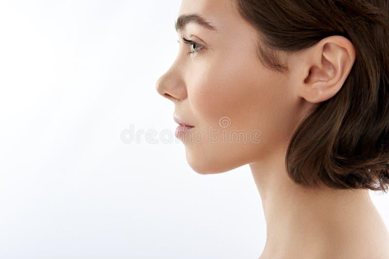 Vue de côté de jolie femelle sensuelle de brune photo libre de droits