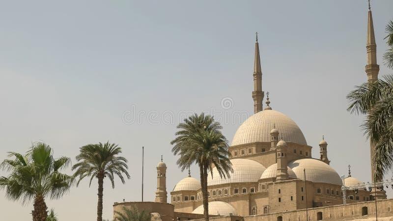 Vue de côté de l'extérieur de la mosquée d'albâtre au Caire photos libres de droits