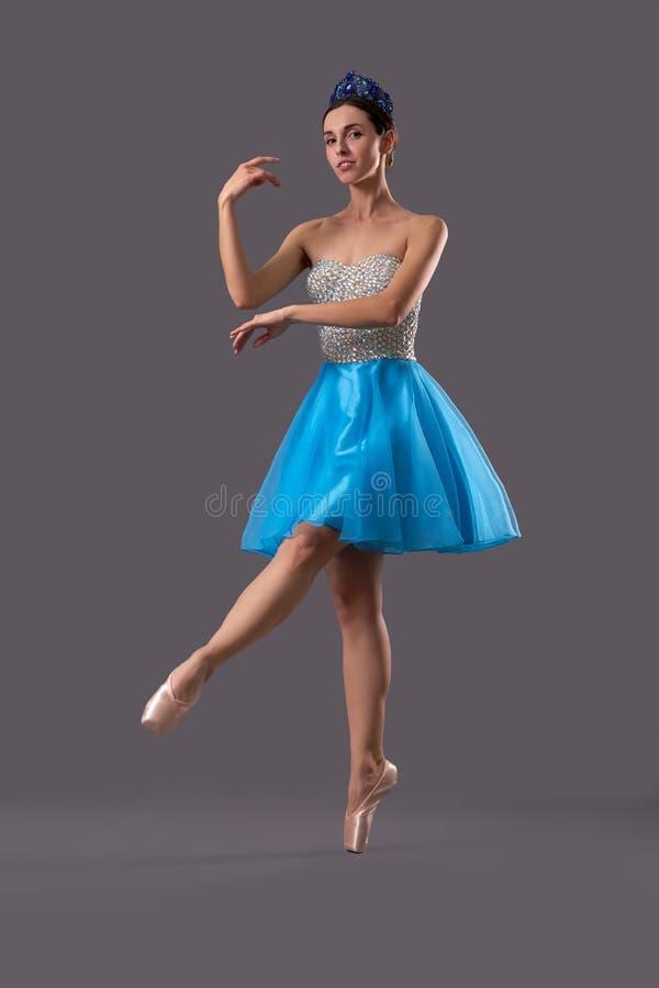 Vue de côté de la danse de ballerine sur le fond d'isolement photographie stock