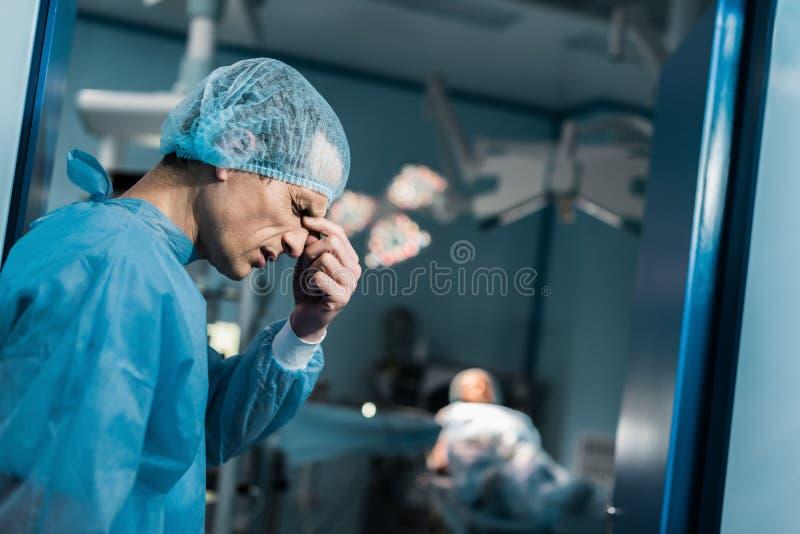 vue de côté de pont émouvant de nez de docteur fatigué photo libre de droits