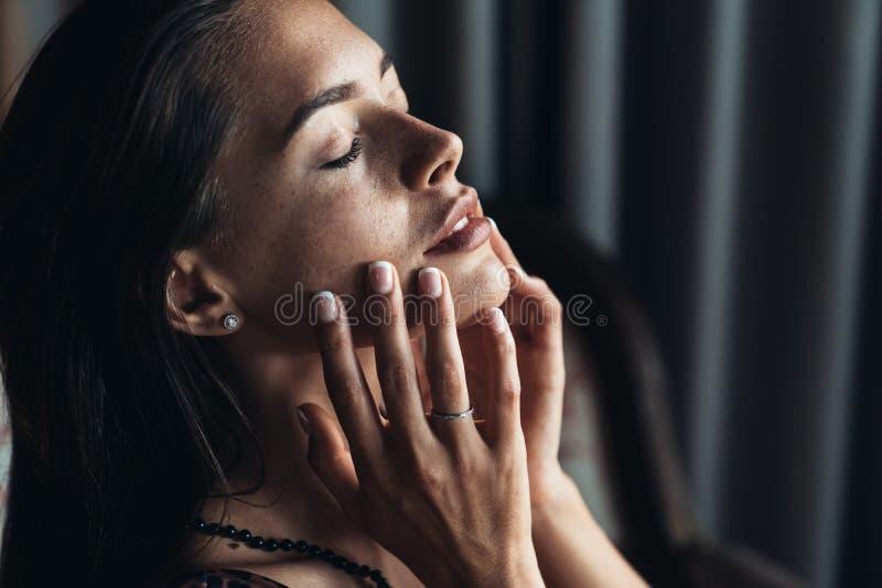 Vue de côté de portrait de fille sensuelle sexy de brune avec les yeux fermés et le maquillage naturel photos libres de droits