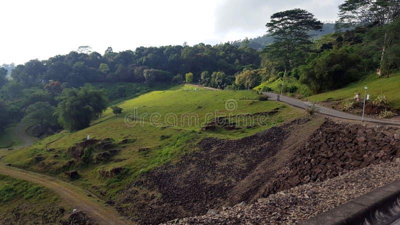 Vue de côté de route dans Gampola, Sri Lanka image stock
