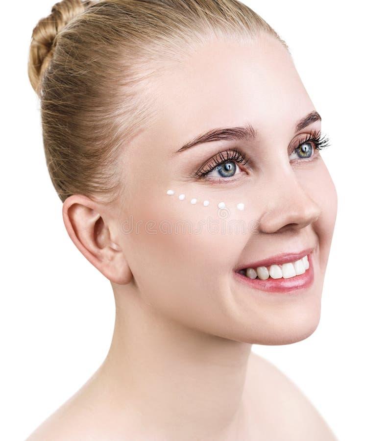 Vue de côté sur la femme sensuelle avec les points crèmes sur le visage photos libres de droits