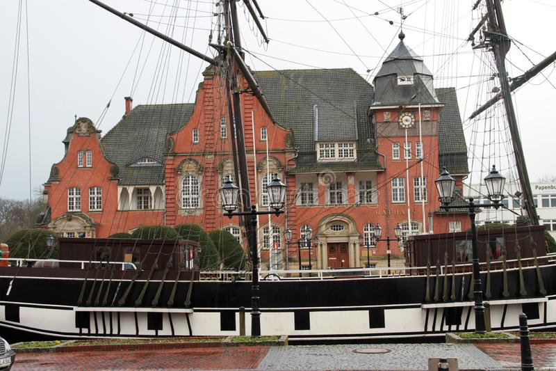 Vue de côté sur un juste de bateau de marin devant le hall civil dans le papenburg Allemagne photo stock