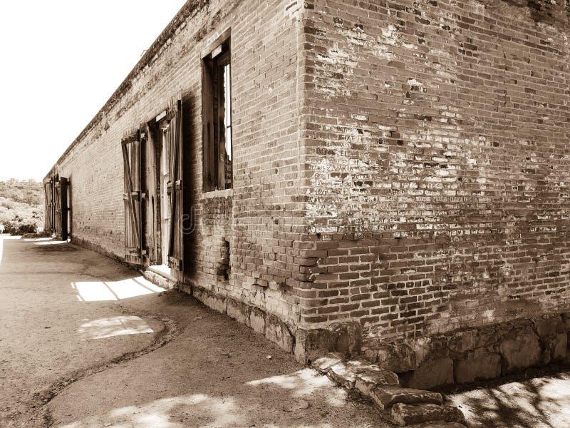 Vue de côté de vieux moulin et centrale photos stock