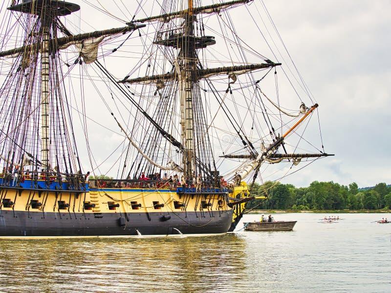 Vue de côté de voilier de Hermione avec le drapeau français sur la Seine arrivant juste pour l'armada 2019 en France image stock