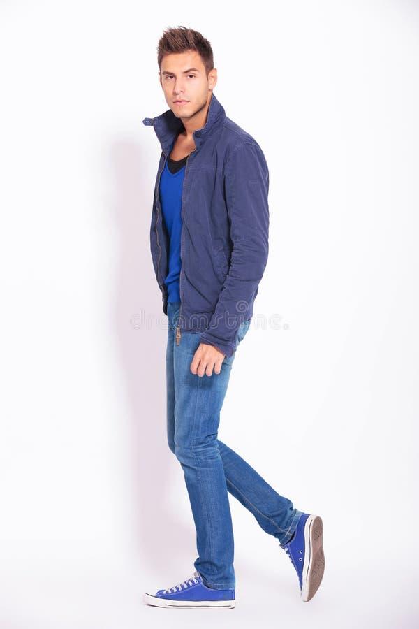 Vue de côté d'un homme occasionnel dans les jeans et la veste photos stock