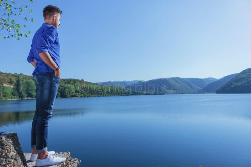 L'homme occasionnel tient le lac proche photos stock