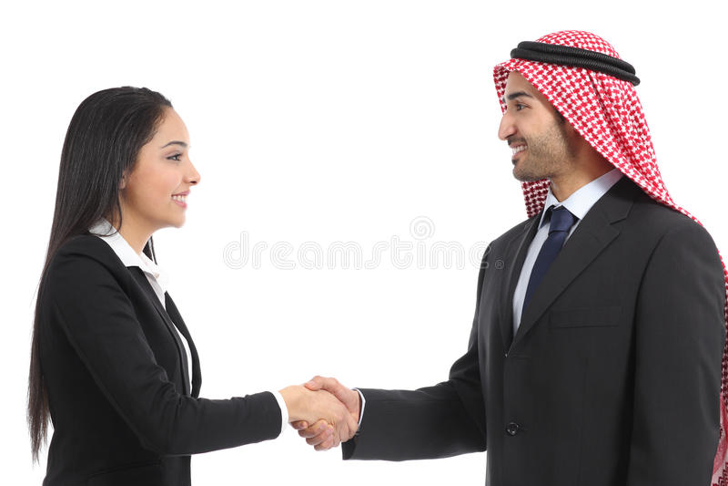 Vue de côté d'une poignée de main saoudienne d'hommes d'affaires d'Arabe photographie stock libre de droits
