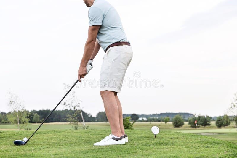 Vue de côté de basse section de l'homme jouant le golf contre le ciel clair photo stock